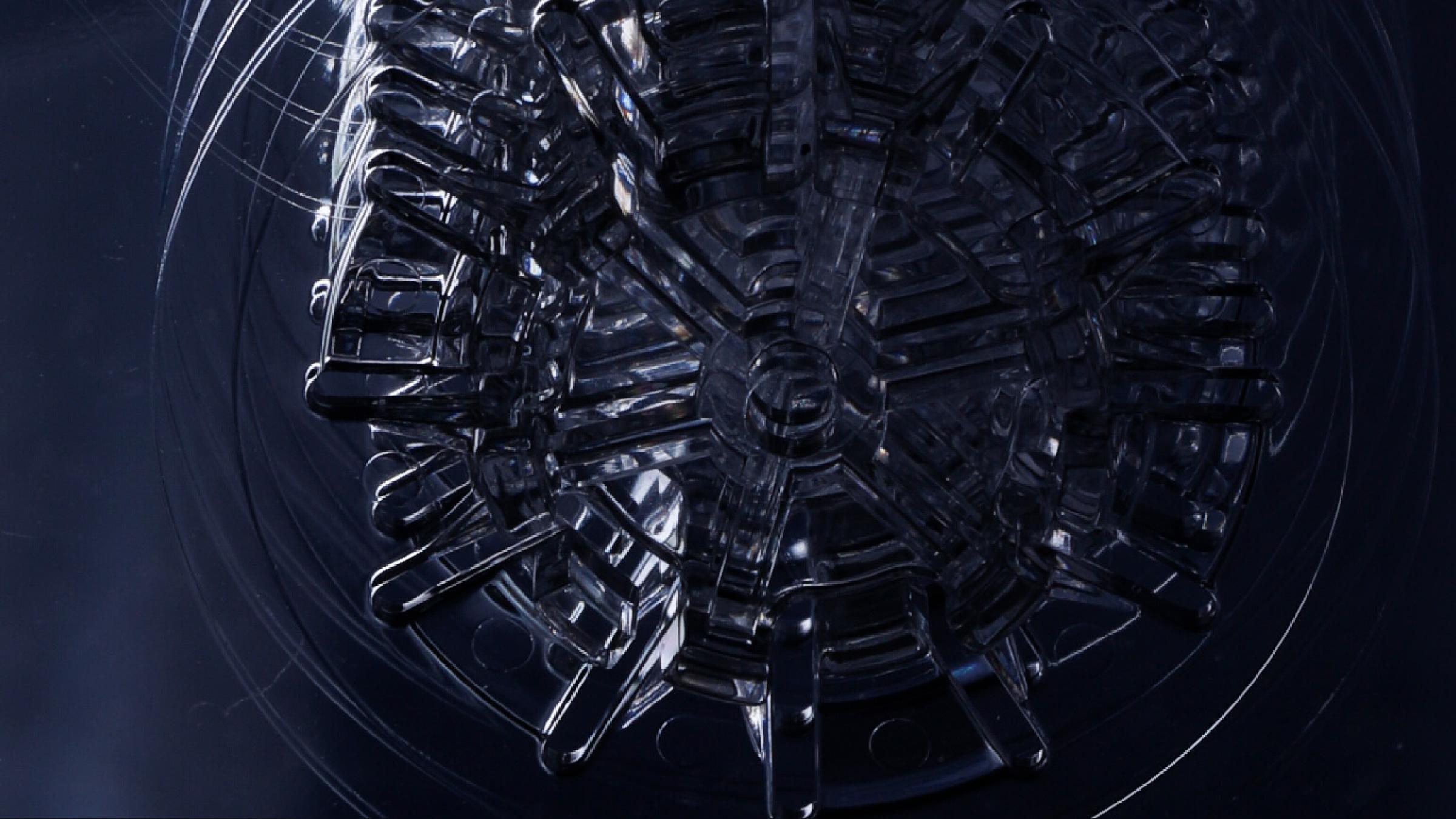 PLASTIC IS 自在にかたちを変え思いのままの造形を描く。