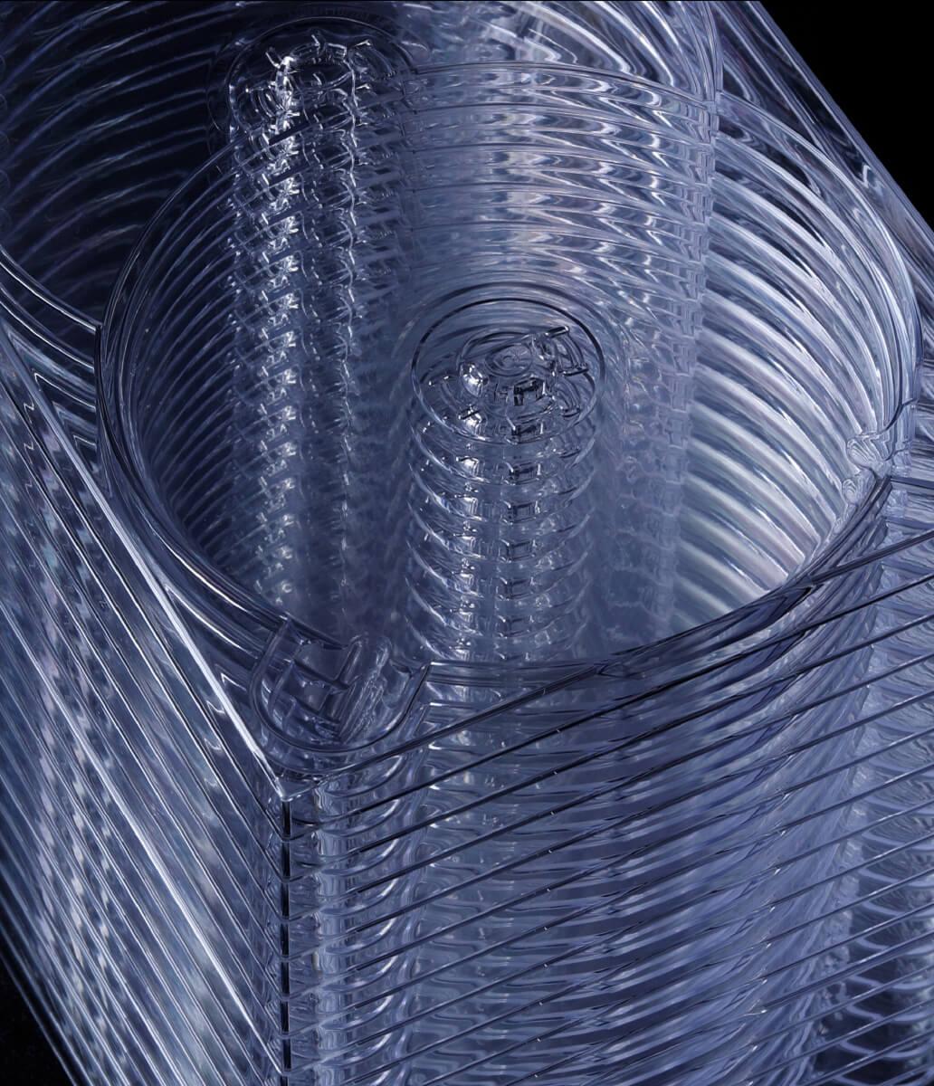 PLASTIC IS 喜びや便利さを分かち合うために同じものを大量に生産できる。