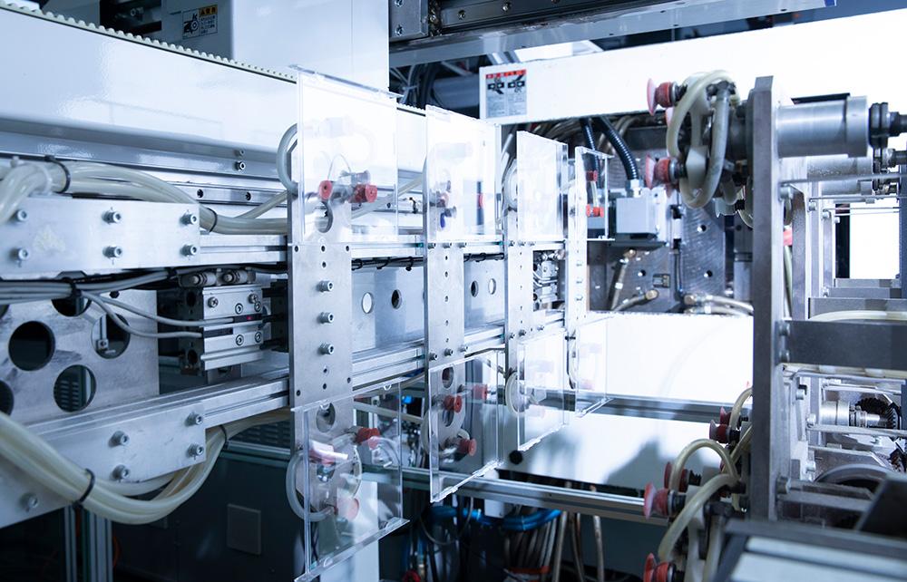 世界最軽量CDケース生産ライン/高速 横取出機